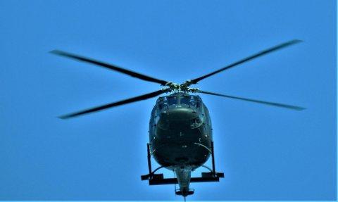 FLØY LAVT: Trygve Eriksen tok dette bildet da et av helikoptrene fløy i lav høyde over Fossfeltet på Gullhaug.