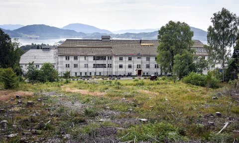 LANDEMERKE: Sett ovanfrå kan ein sjå at Søsterheimen ligg flott til på Valen, med utsikt til Halsnøy og vidare utover.