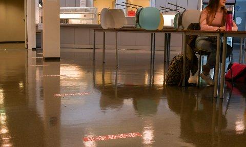 Klistremerke i golvet skal minna elevane på å halda avstand i kantine-køen, då denne opnar igjen tysdag.