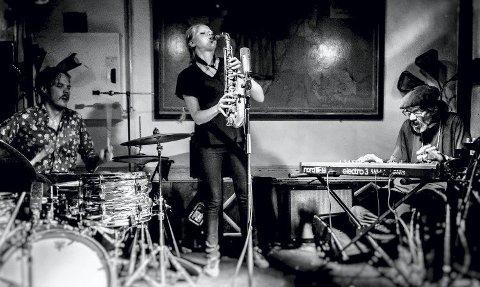 Frijazz: Ståle Liavik Solberg (trommer), Mette Rasmussen (saksofon), Alan Silva (keyboard) skal holde konsert i Sølvsalen sammen med Marshall Allen (saksofon). Pressefoto