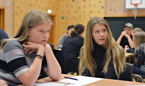 KONSENTRERT: Kristina Rostad (13 - t.v.) og Leah Tveiten (14) diskuterer Rollags fremtid på workshopen.