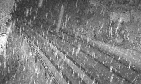 SNØ: Slik så det ut på Statens Vegvesen-kameraet på Meheia torsdag kl. 21.15