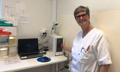 Seksjonsleder Grete Førlie er svært glad for at de nå kan analysere koronavirus også på Kongsberg. Hurtigtest-instrumentet GeneXpert kan analysere to pasientprøver samtidig og gir svar på koronavirus i løpet av en time.