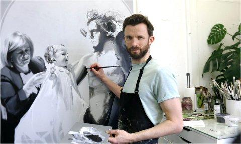 I ARBEID: Kristian Evju har oppnådd stor anerkjennelse for sine verk. Nå er lyngdølen aktuell med en utstilling i Hamar. Bildet er av Evju i hjemmekarantene i London.