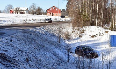 Heldigvis ble ingen skadet da denne bilen havnet i grøfta ved industrifeltet på Skrubbmoen i Kongsberg søndag.