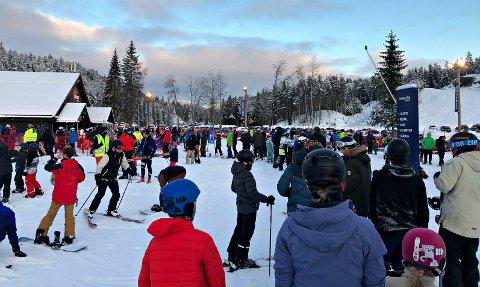 KAOS: «Alle» ville på ski søndag. Det førte til lange køer og tildels tett mellom folk i Kongsberg skisenter.