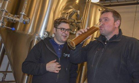 Rett fra kjelen: Det er mye prøving og testing i ølbrygging, og brygger Eskild Bergan (t.v.) har ikke noe imot å la Sveinung Opsal prøvesmake. Bilder: cecilie johannessen