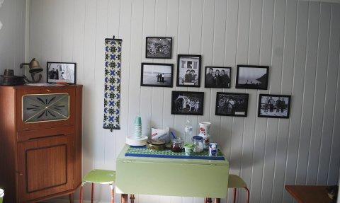 Trivsel: Hjemmekoselig innendørs der surfere kan få seg kaffe og vaffel i påvente av de perfekte forholdene på stranda.