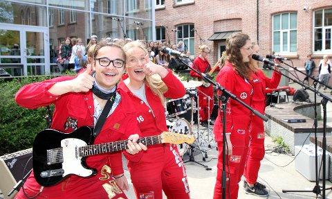 Topp stemning: Gitarist Noah Emil Johansen og sanger Mthilde Lindeman Andersen under konserten utenfor Kirkeparken torsdag formiddag.