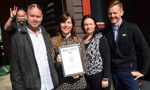 I FJOR: House of Foundation fikk Klubb1-prisen for 2017. Ole Waage fra Klubb1 (til venstre), Mari Kolsrud Hustoft og Ingeborg Malterud fra HOF og ordfører Tage Pettersen som delte ut prisen.