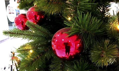 Ettertanke: Juletreet av plast skal brukes i mange år før det blir miljøvennlig.