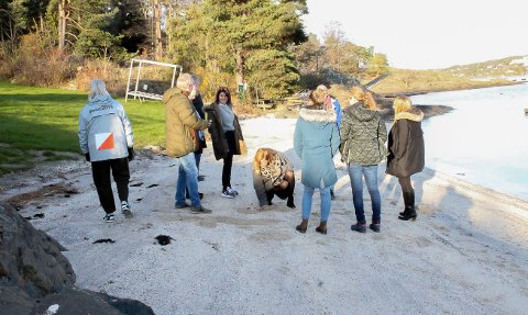 Gravde her: De folkevalgte gravde i skjellsanden på Kongshavn under befaringen. Nå må sanden fjernes - selv om den er skylt opp fra sjøbunnen.