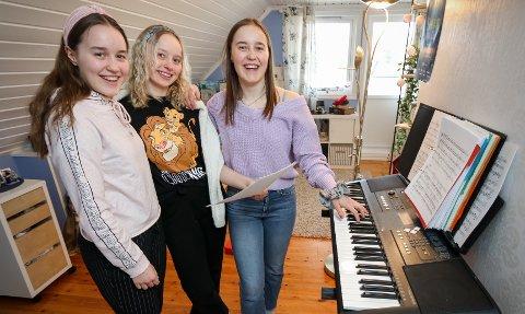 JAHN TEIGEN-SANG: Søstrene Victoria Sørensen (fra venstre), Charlotte Sørensen og Caroline Sørensen øver til det store kor-prosjektet hjemme på Folkestad i Våler.