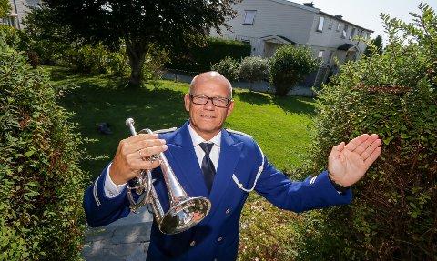 KORONAKREATIV: Krapfoss Hornorkester lodder ut en hagekonsert. Leder Dag Øystein Skarpaas Andersen er klar med kornetten.