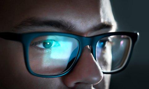 Det blå lyset får mye oppmerksomhet, spesielt fra optikerkjedene som mener du «må» blokkere det ut med kostbare filter og briller. Det vil ikke norske forskere på feltet si seg enig i.