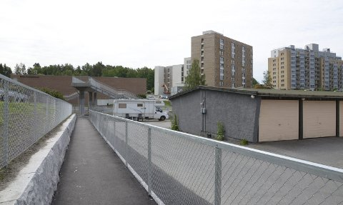 FERDIG: Ny gangbro og gangsti gjør at det er forhåpentligvis er slutt på hull i gjerdet ved Bøler T-banestasjon.Foto: Nina S. Olsen