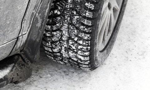 BILLIG LIVSFORSIKRING: Dekkene er fire håndflater som er den eneste kontakten bilen har med bakken. Så gode dekk er en billig livsforsikring