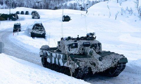 Den 55 tonn tunge stridsvognen rykker frem på en smal grusvei i Blåtind skytefelt. Denne uka skulle Forsvaret egentlig trene på strid langs E6. Store begrensninger fra Vegvesenet gjorde at Brigaden måtte dra til skogs for å øve. Foto: Ola Solvang