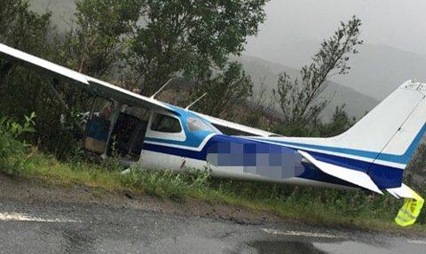 NØDLANDET PÅ VEI: Småflyet ble liggende i grøfta etter nødlandingen fylkesveien i Kaperdalen på Senja fredag kveld.