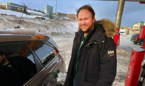 Lars-Arne Johansen kan ikke huske sist det var like billig å fylle tanken i Tromsø. Foto: Linn Bertheussen