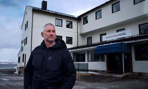 BEKYMRET: Trond Davidsen, som er styreleder i Reisafjord Hotell AS, er bekymret for bortfallet i inntekter. De hadde fulle ordrebøker for sommersesongen før Koronabomben smalt. Nå er samtlige bookinger kansellert.