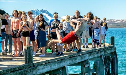 STEMNING: Olav Ernstsen Møller kaster seg ut i vannet, mens andre soltørker etter sin runde i vannet.