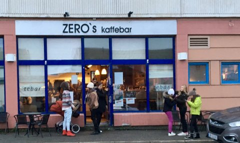 Kaffebaren skaper liv og røre både på utsiden og innsiden av butikken i Vadsø