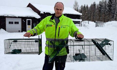 Avdelingsingeniør Johan Slåtsveen ved teknisk driftsavdeling viser fram de to kattefangstburene som skal benyttes i boligområdet Fagerlund-Breskebakke i Hov.