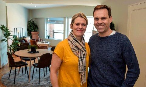 CITY LIVING: Mari Aasen og Tomas Skaugrud ønsker leilighetskjøpere velkommen til det urbane liv i Hov. Her har de åpnet døren til visningsleiligheten i sitt felles boligprosjekt, City Living i Hov sentrum.