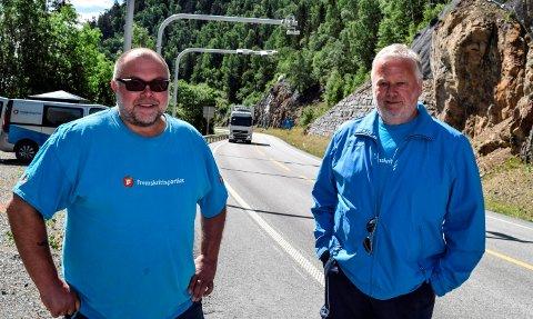 FEIRET: Lars Rem (t.v.) og Roger Høiberg i Østre Toten Frp feirer at det nå er slutt på bompenger på fylkesvei 33 i Totenvika..