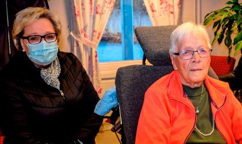 – TRAGISK: – Det var ikke kapasitet i bemanningen til at mor kunne dusje mellom 22. desember og 5. januar. Tragisk, sier Anne Karin Kristoffersen (t.v.) om jula på Fjellvoll for sin snart 94 år gamle mor Astrid Johansen.
