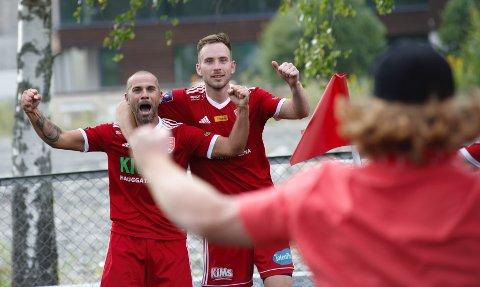 JUBEL: Daniel Kraska (t.h) jublet sammen med landsmann Filip Burkhardt etter seiersmålet som fikk en supporter til å løpe rundt hele banen for å være med på feiringen av FK Totens første seier i 3. divisjon på 12 år.