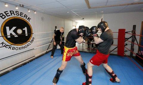 Kickboksingstevne hos Berserk K-1 Kickboxingklubb i Nordbyveien i Ski lørdag 9. mai 2015. Besar Pajazidi (til høyre) var i aksjon i ringen for første gang mot Michael Birkeland. Klubbgrunnlegger og ildsjel Nikolai Rosmo var kampleder. FOTO: STIG PERSSON
