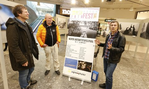 GLEDER SEG: Fra venstre leder Pål Hermansen i programkomiteen, festivalsjef Magnus Reneflot og Per Flakstad, redaktør av festivalmagasinet. På Stjernetorget på Ski Storsenter står det en fotoutstilling med bilder av lokale fotografer.