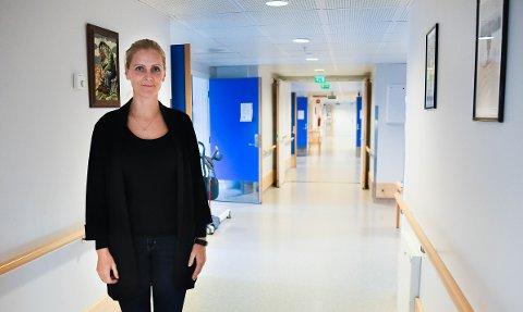 Anne Linn Terland har sin mor på Ignagard sykehjem. Hun reagerer på det hun mener er dårlig hygiene, og misliker at kommunen lover oftere dusjing uten at det skjer.