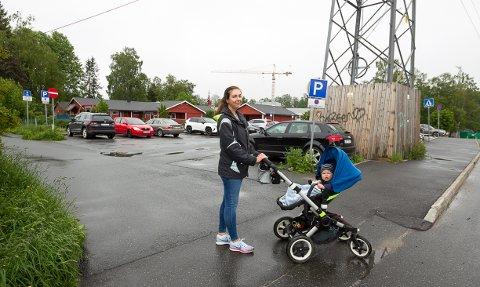 Hilde Knudsen foreslo for kommunen at det aller beste og tryggeste var  om innkjøringen kunne stenges og man hadde kjørt både inn og ut av parkeringsplassen ved rundkjøringen ved Finstad skole. - Det er skummelt når bilen svinger inn over gangveien for å komme inn  på parkeringsplassen.