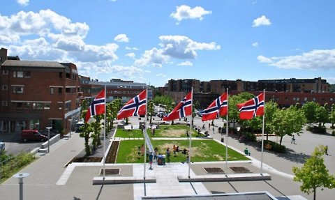 FULL: I dag er det full flagging alle flaggdager i tidligere Ski kommune, men det kan nå bli endret til tre dager i mai.