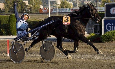 Hamre-jubel: Frode Hamres hester vant både varmblods- og kaldblods-Derby på Bjerke søndag. Her er det El Diablo B.R. som er først over målstreken. Hamre er den andre treneren i historien som makter å gjøre det.