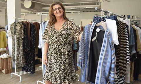 LEVER DRØMMEN: Britta Meljordshagen Illevold (52) fra Elverum åpnet sin egen butikk, Ymse, for tre år siden. – Det har vært utfordrende, men utrolig artig, smiler hun.