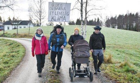 ER I GANG: Thomas Cottis har startet klimamarsjen mot Stortinget, her i følge med Heidi Froknestad, dattera Solvei Cottis Hoff og svigersønn Øyvind Froknestad. I barnevogna ligger barnebarnet Ingrid.