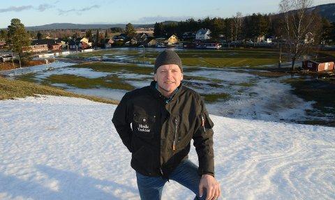 TRIST: – Vi har ikke sjanse til å arrangere noe her slik forholdene er nå og ser ut til å bli framover, sier Ola Håkonsen, leder i skigruppa i Kjellmyra idrettslag. IDrettsparken er nå stort sett bare vann og is.