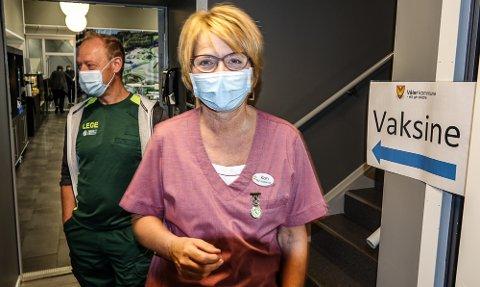 FORNØYDE: Kommunelege Bo Brendstrup og helsesekretær Kari Butteberg er fornøyd med oppslutningen.