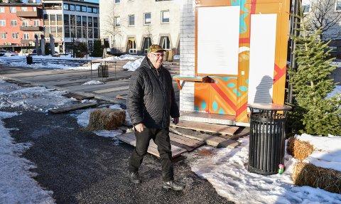 KRITISK: John Herstadhagen mener at det er på høy tid å rydde Rådhusplassen og slippe fram bilene igjen.
