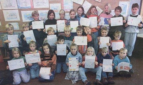 SKRIVER TIL GRO: Klasse 3A ved Langesund barneskole ber statsminister Gro sørge for at miner blir forbudt i framtida. En av vennene til Haris Pasic (til høyre bak) fra Sarajevo ble drept av en mine.