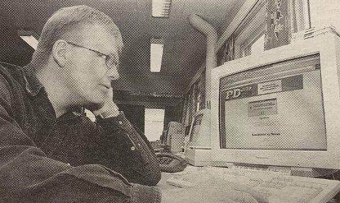 FØRST: Redaktør Erik Enger er fornøyd med at PD er først på Internett i Telemark.
