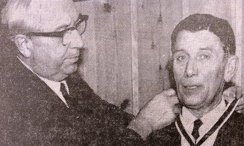 ÆRESMEDLEM: Formannen Alfred Wendelborg overrekker medaljen til det nye æresmedlemmet Kjell Bjørneboe.