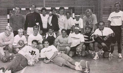 URÆDD 95/96: Det nye Urædd-laget foran seriestarten på 95/96-sesongen. Her sammen med Terje Tønnessen (til høyre).