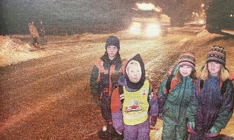 UTRYGT: Uten gang- og sykkelsti må Kim Løyland (8), Espen Doksrød (7), Kathrine Mathisen (7) og Merete Mathisen (9) gå i grøftekanten for å unngå bilene når de skal til skolen.