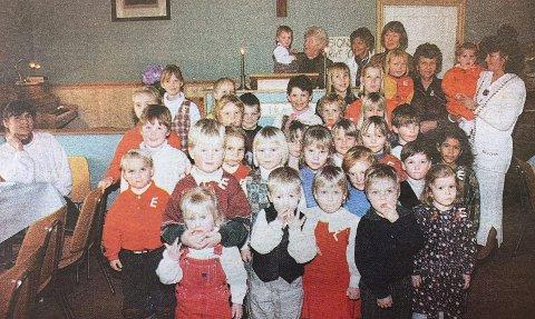 ALLE BARNA: Barneflokken på Sandøya har holdt liv i «Enighet» i 90 år. I går feiret de den store dagen med fest på bedehuset. Lilly Håøya (bak til høyre) har ledet foreningen siden 1968.