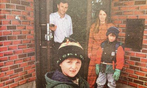 TRANSPORT: – Kan noen kjøre meg til barnehagen, spør vesle Blendor Sadikaj (6). Her med broren Blent (8), moren Nushe og faren Xhemajj.